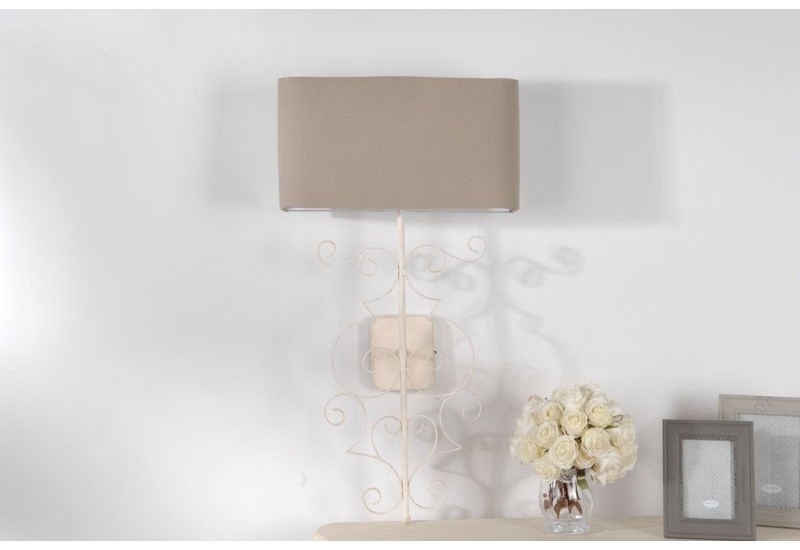 applique murale style romantique blanche vieillie avec un abat jour. Black Bedroom Furniture Sets. Home Design Ideas