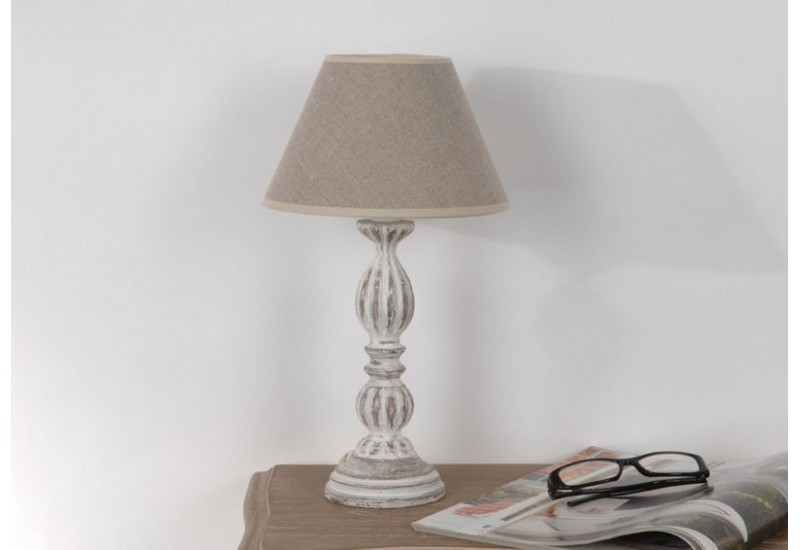 Lampe de chevet agnes shabby chic en bois patin e blanchie for Lampe de chevet exotique