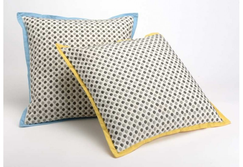 coussin d houssable pois contour jaune et bleu 40x40 cm. Black Bedroom Furniture Sets. Home Design Ideas